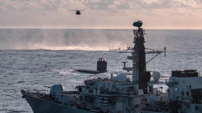 """英军护卫舰发现核潜艇 """"逼迫""""其上浮"""