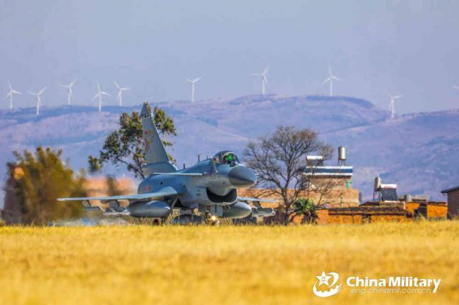 南部战区歼10C战机挂弹出动 守护西南边境