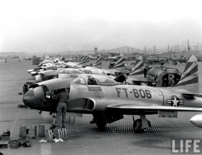 朝鲜战争时期美军F80战斗机补充弹药