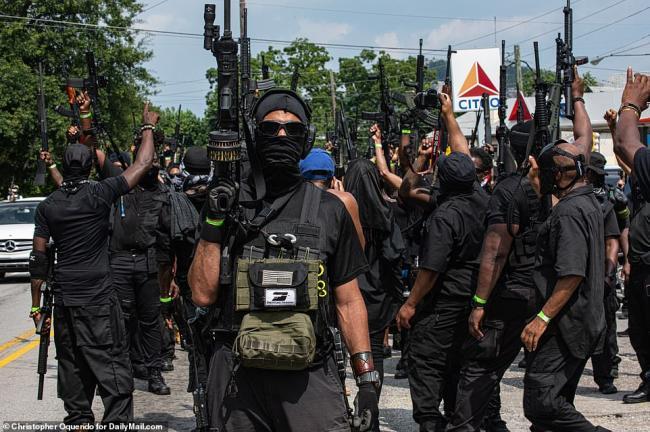 美国黑人民兵团体持枪游行装备精良