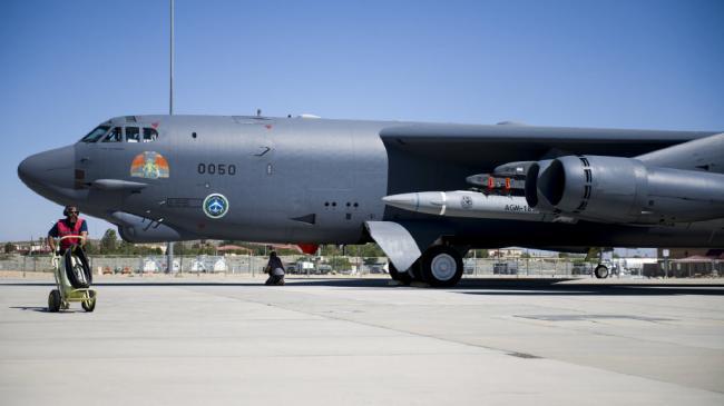 美军B52轰炸机挂载4枚高超音速导弹