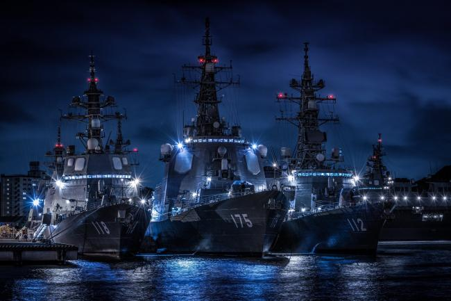 颜值就是战斗力 夜间护卫舰拍成科幻大片