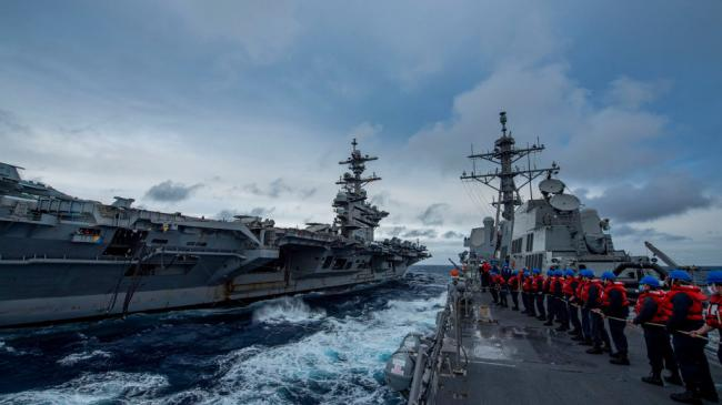 美军罗斯福号航母在距黄岩岛25海里处航行