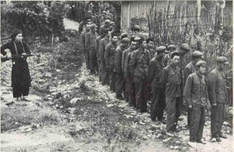中越战争中解放军某连集体投降的照片 组图