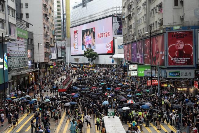 新招:香港警察疑似扮成黑衣人 混入人群抓人