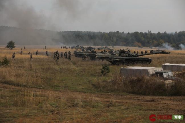 乌克兰大型军演打响 上演装甲集群作战