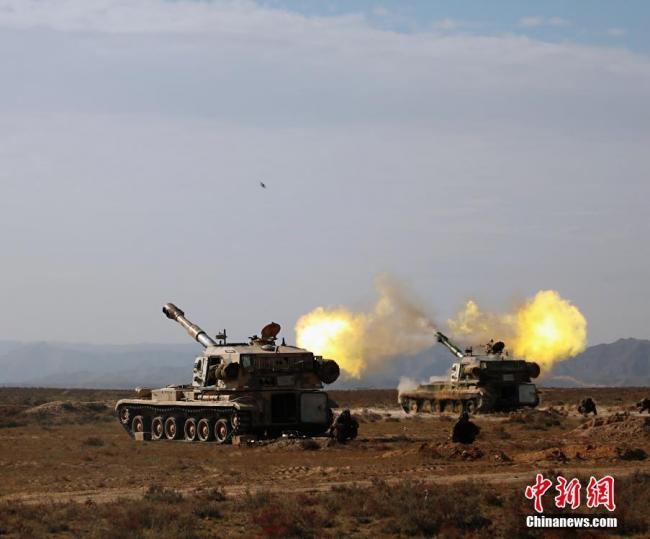 陆军某旅大漠演练 炮声隆隆火光冲天