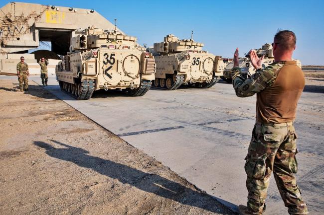 美军运输机装载大批装甲车赶赴叙利亚
