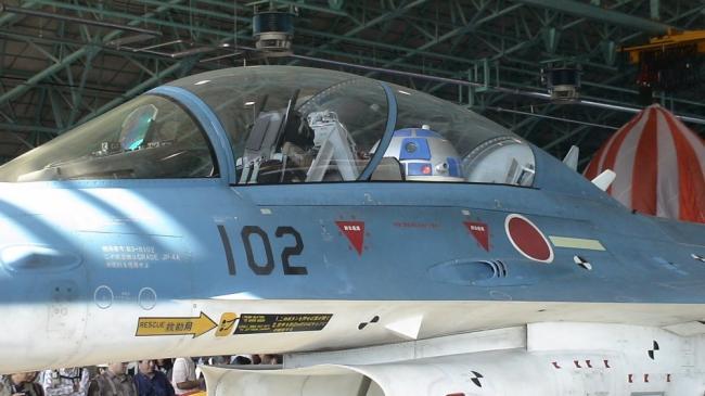 """日本F-2战机座舱内装""""星战机器人"""""""