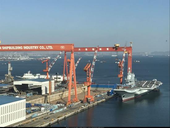 国产航母舰体疑似重新刷漆 甲板仍摆放活动板房