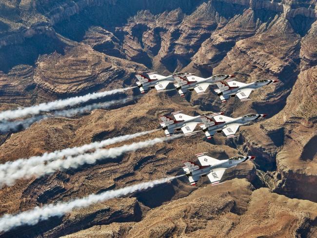 美国空军雷鸟飞行队峡谷上空空中加油