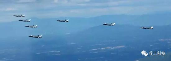 歼20这个画面创造一项纪录 F22和F35都没做到