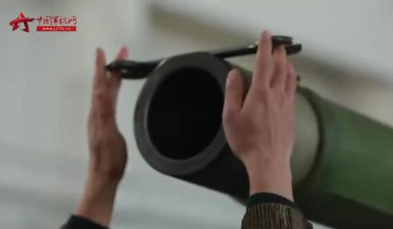 中国96A坦克秀操作:炮管托扳手如何转动都不掉
