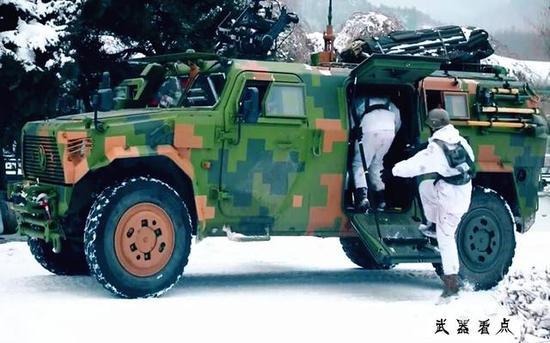 新型猛士装甲车采用蚌式侧开门 车门可当登车梯踏