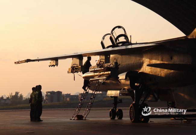 解放军战斗轰炸机进行全天候飞行训练