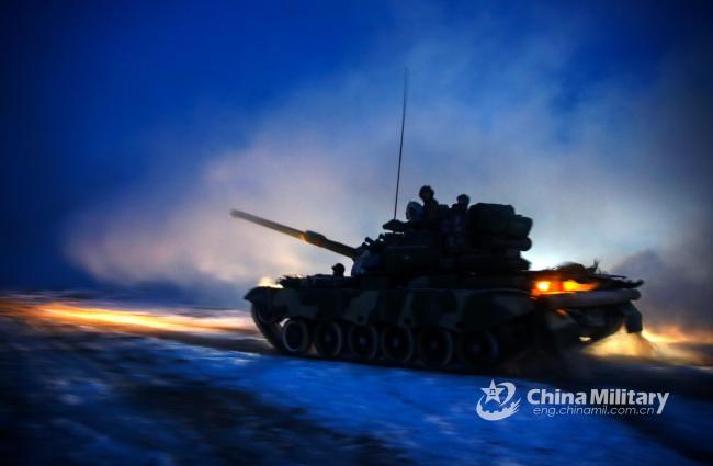 装甲团实战演习 坦克轰鸣夜间突袭
