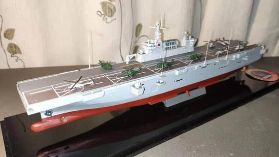 中国两栖攻击舰模型曝光 6个直升机起降点与美舰相当