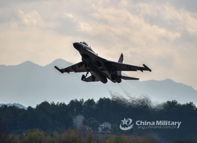 解放军J-11战机进行全天候飞行训练