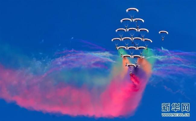 科威特举办第二届航空展 编队跳伞亮眼