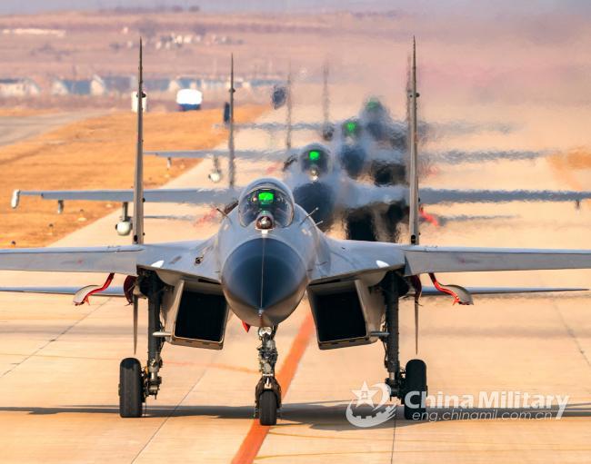 解放军战机飞行训练 近距离编队起飞