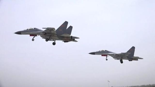 空军多兵种协同演练 歼-7现身空中对抗