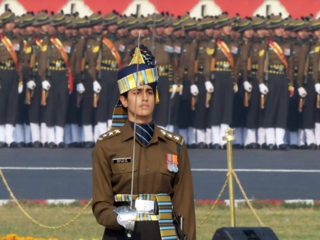 印度首位阅兵女指挥官亮相 英姿飒爽