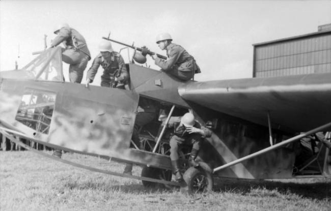 德国二战时的滑翔机堪称人肉罐头,都塞满了
