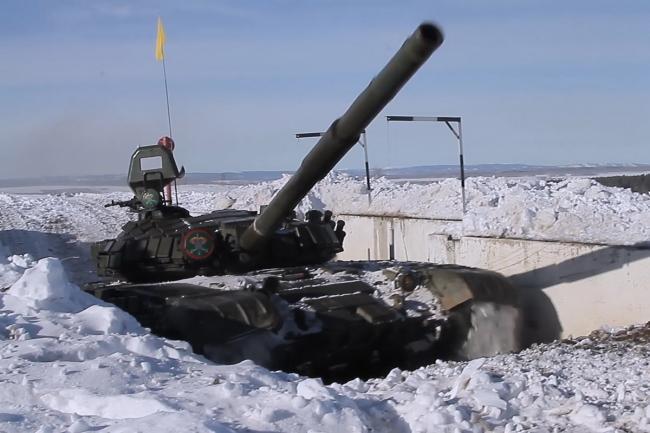 俄军严寒雪地训练:坦克猛烈开炮