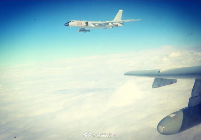 空軍發布殲11轟6K掛彈飛行畫麵