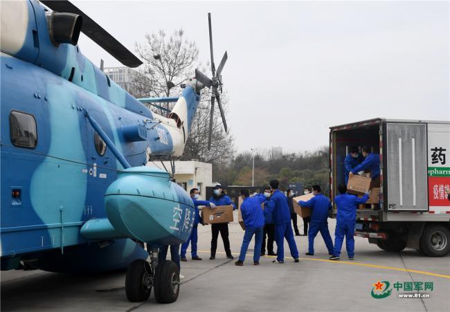 中部战区出动直升机支援湖北医疗物资转运