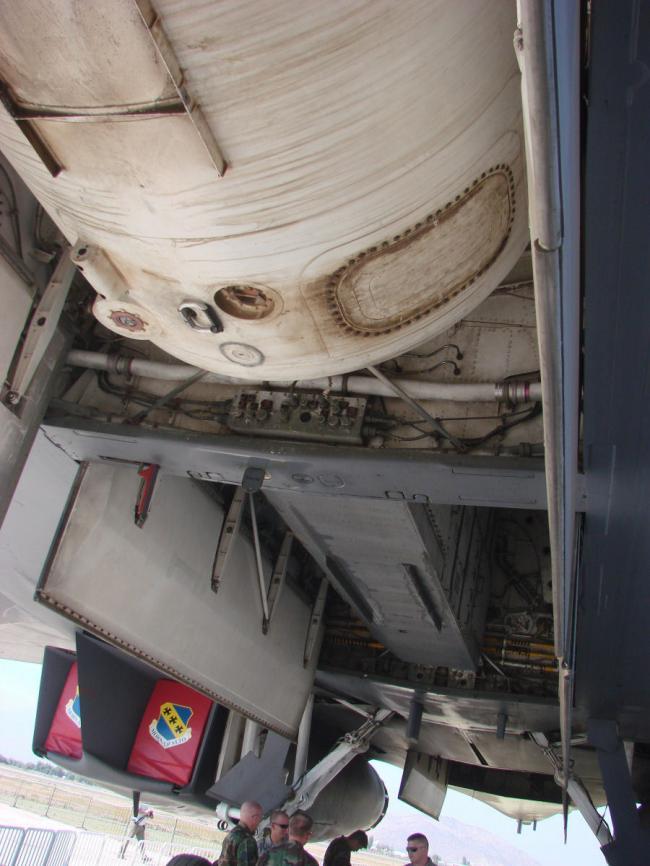 B-1B轰炸机的超大副油箱:一个装油8.5吨