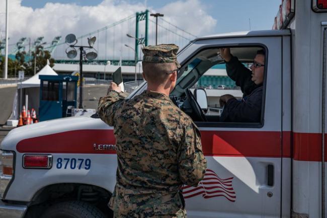 美军仁慈号医疗船开始接收转运患者现场画面