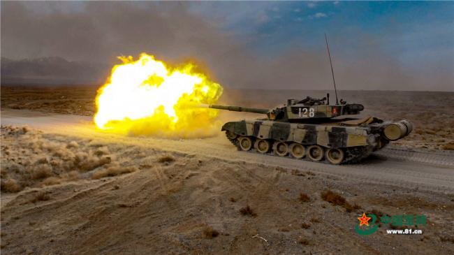 一组航拍大图带你360度围观坦克炮开火瞬间