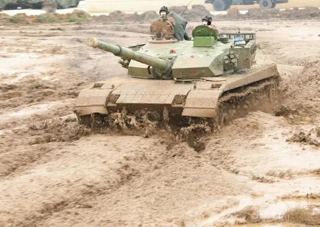 陆军96A坦克淤泥中狂奔和步兵战车竞速!