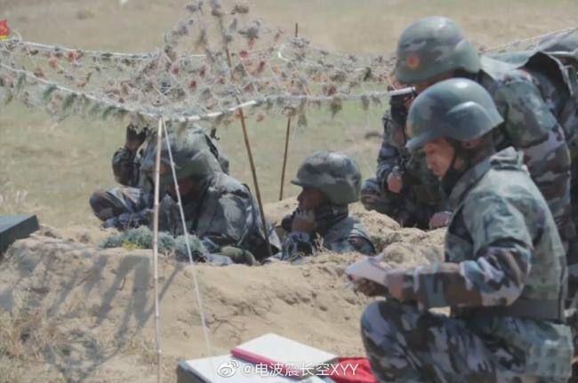 朝鲜炮兵密集发射120毫米迫击炮