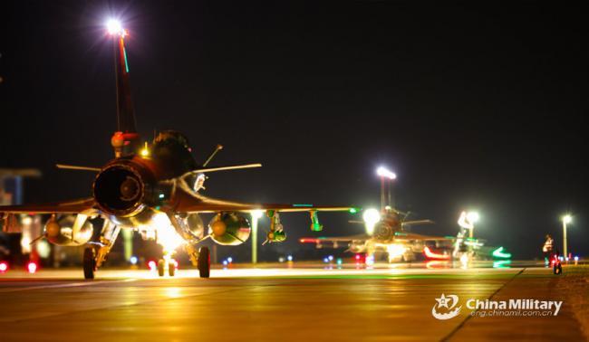 殲10戰機夜間飛行訓練掛導彈和油箱