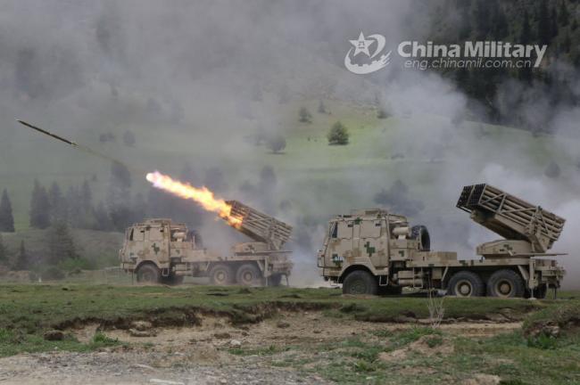 解放军在高原进行火箭炮实弹射击训练