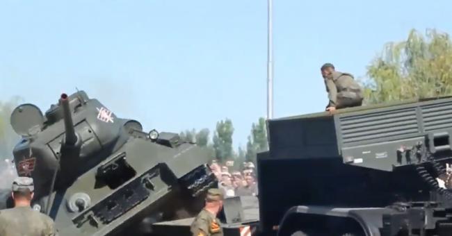 俄罗斯参加阅兵的T34又翻车了!