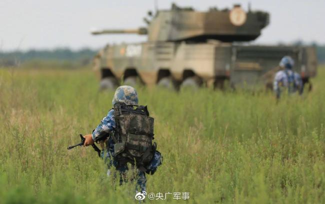 海军陆战队某旅组织装甲装备驾驶训练