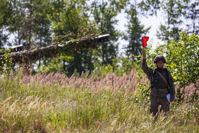 俄军152毫米榴弹炮射击训练实拍