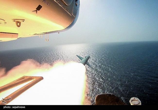 伊朗军演演练小艇围歼美国航母