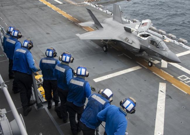 航母不够两栖舰凑 准航母带F35战机起飞