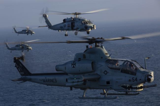 美军直升机飞行训练 密集编队相当震撼