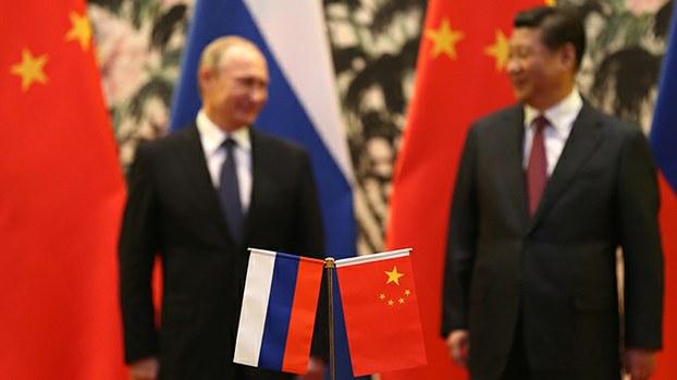 俄中两国领导人和国旗(美联社)
