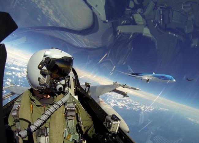 荷兰F-16飞行员高空自拍伴航787客机