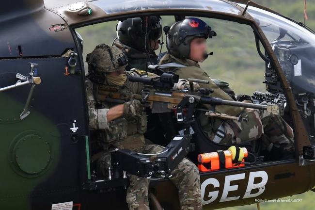 法军安装在直升机上的活动枪架可精确射击