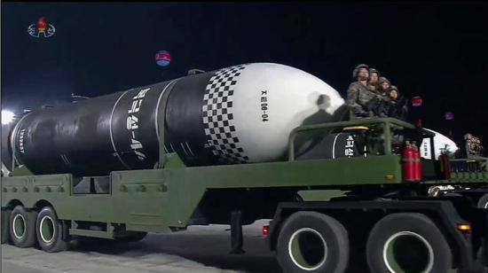 朝鲜罕见凌晨阅兵 不激怒美国同时加强国内团结