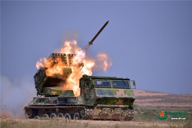 11式多管火箭炮领衔 战车一字排开实弹射击