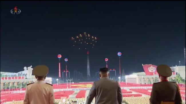朝鲜战机首创:战机挂彩灯模仿无人机编队