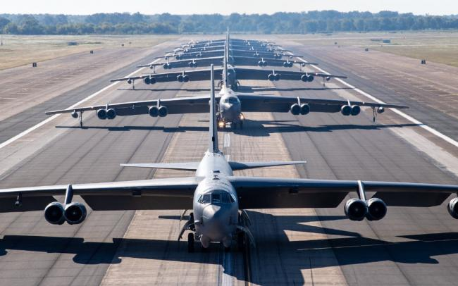 场面壮观!美军B52战略轰炸机大象漫步